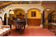 Tyntesfield to posiadłość należąca do organizacji National Trust w Wielkiej Brytanii - Wnętrze domu z pianinem