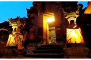 Ubud na Bali to miasto pełne magii, duchów i demonów. Świątynia balijska w nocy.