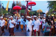 Ubud na Bali to miasto pełne magii, duchów i demonów. Podczas świąt mieszkańcy Bali spotykają się w procesjach.