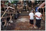 Ludzie idą do pobliskiej świątynia na ceremonie.