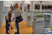 Atrakcja turystyczna Dar Pomorza oraz wycieczka do Muzeum Marynarki Wojennej w Gdyni. Ewa Baranowska zwiedza wystawę broni.
