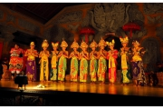 Tradycyjny taniec na wyspie Bali w Indonezji. Tancerze i tancerki na scenie odgrywają teatr i taniec