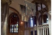 Katedra w Gloucester - Atrakcje zachodniej Anglii. Wnętrze kościoła ze starymi sztandarami