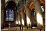 Katedra w Gloucester - Atrakcje zachodniej Anglii. Wnętrze kościoła ze słynnym oknem. 23 metry wysokości czyniły je największym oknem średniowiecza.