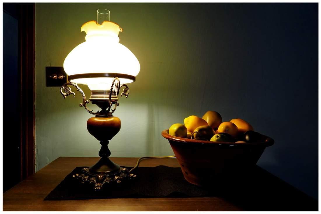 Kuchnia w wiktoriańskiej Anglii. Lampa i owoce.