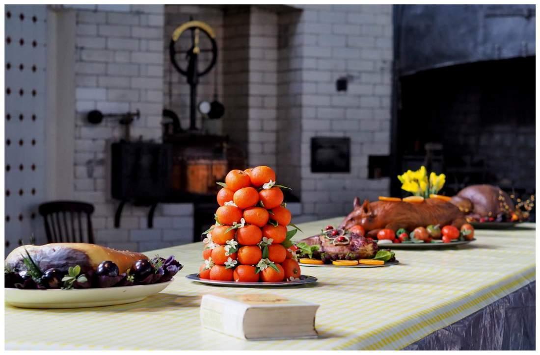 Kuchnia w wiktoriańskiej Anglii. Stół zastawiony jedzeniem.