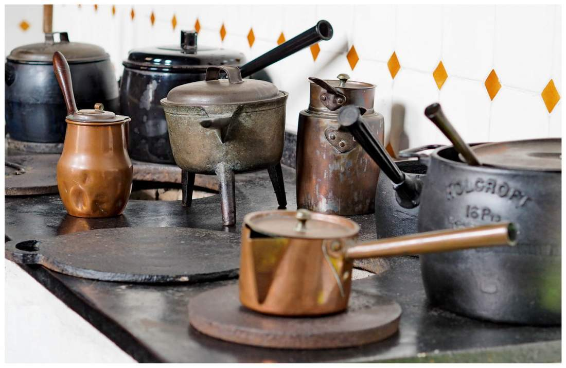 Kuchnia w wiktoriańskiej Anglii. Garnki i patelnie na kuchni.