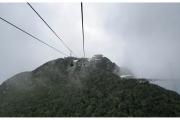 Sky Bridge i Sky Cab to wielkie atrakcje wyspy Langkawi w Malezji. Góry całe we mgle.
