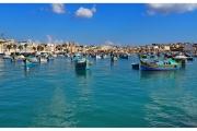 Targ rybny na wyspie Malta w zatoce Marsaxlokk. Łodzie w zatoce.