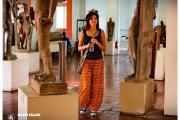 Stolica Kambodży - Phnom Penh.  Muzeum Narodowe  - rzeźby i eksponaty. Magdalena Kiżewska ogląda dzieła sztuki.