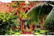 Stolica Kambodży - Phnom Penh.  Muzeum Narodowe  i otaczające je ogrody.