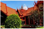 Stolica Kambodży - Phnom Penh.  Muzeum Narodowe  - rzeźby i eksponaty. Budynek jest odnowiony w stylu khmerskim