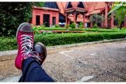 Stolica Kambodży - Phnom Penh.  Muzeum Narodowe  - rzeźby i eksponaty. Trampki na tle muzeum