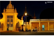 Stolica Kambodży - Phnom Penh.  Ulice miasta nocą