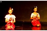 Stolica Kambodży - Phnom Penh.  Występ zespołu artystów khmerskich. Tancerze i artyści na scenie.