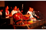 Muzeum-Narodowe-Phnom-Penh-Kambodża-kultura-sztuka-khmerzy-artyści-rzeźby-eksponatyStolica Kambodży - Phnom Penh.  Występ zespołu artystów khmerskich. Tancerze i artyści na scenie.