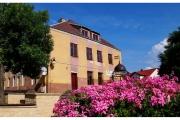 Szydłów - miasto pełne historii i wspaniałych zabytków. Centrum miasta pełne jest kwiatów i zieleni.