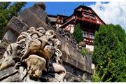 Zamek Peles na Wołoszczyźnie w Rumunii to wielka atrakcja turystyczna. Zamek otaczają ogrody i lasy.