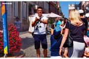 Sandomierz - Atrakcje Królewskiego miasta w Świętokrzyskim. Ulica pełna restauracji  i kwiatów.