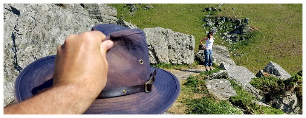 Kapelusz w The Valley of Rocks w Anglii. Skały, z których jest niesamowity widok na morze.