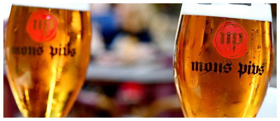 kufle piwa, zimne i oszronione, knajpa Mons Pius, Lwów, Ukraina