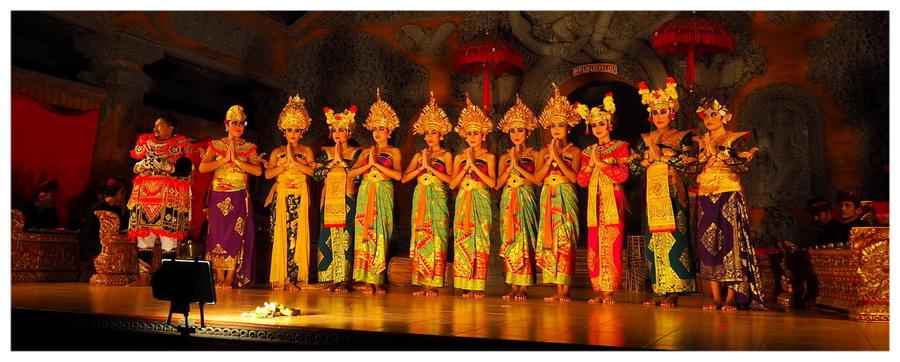 Bali-Indonezja-taniec-tancerki-ubud-wyspa-przedstawienie-tradycyjny-atrakcja